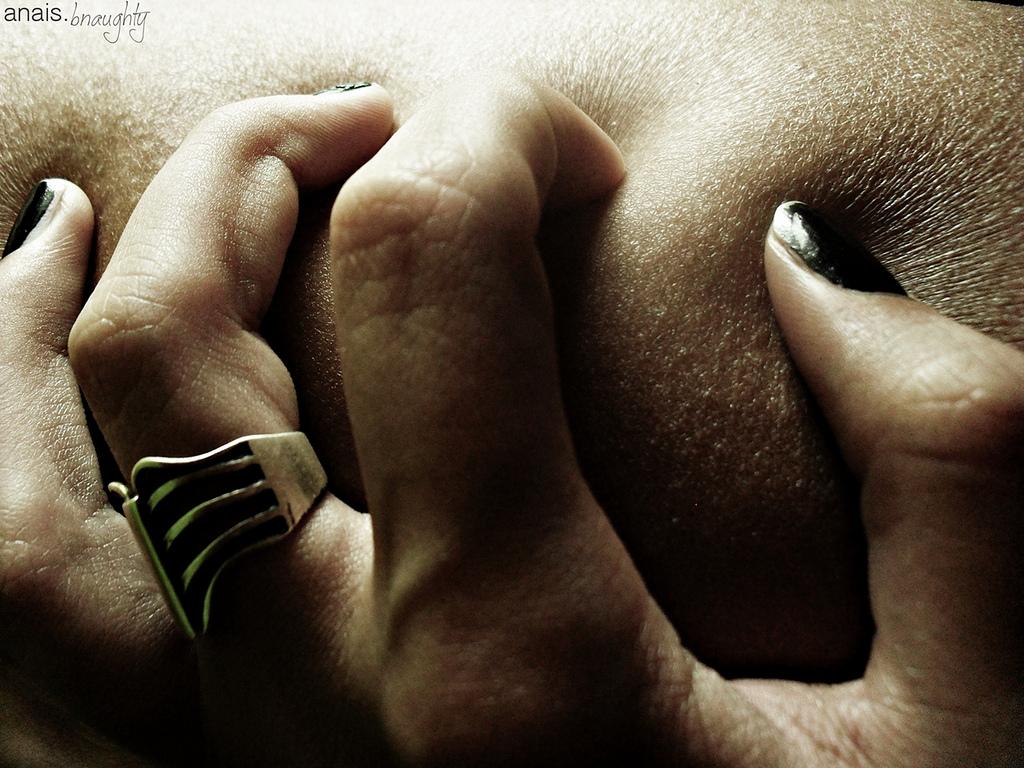 Bild einer Hand, die sich in Haut gräbt