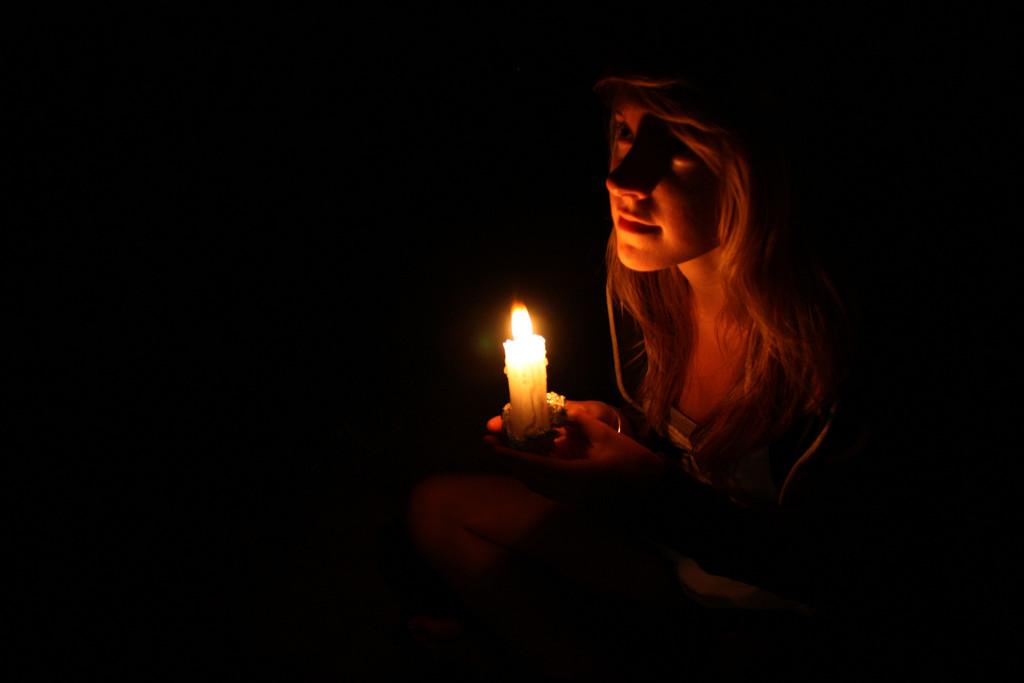 Foto einer Frau mit Kerze