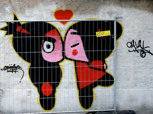 Foto eines Graffitis mit einem küssenden Paar